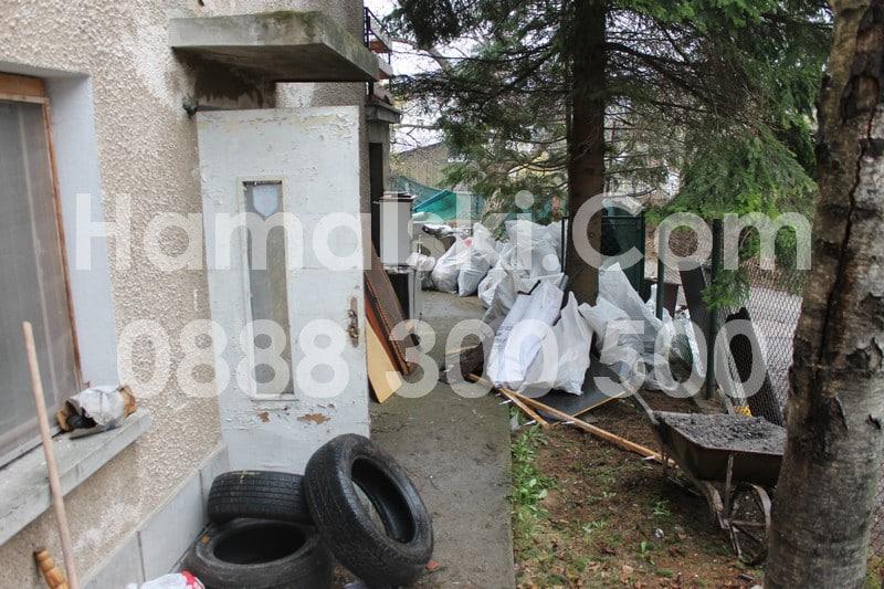 Почистване на двор с боклуци